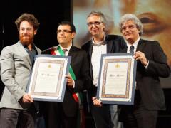 Recanati (sindaco Fiordomo) e le Marche (presidente Ceriscioli) danno la cittadinanza onoraria a Mario Martone (regista) ed Elio Germano (attore de Il Giovane Favoloso)