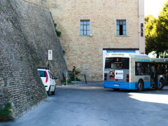 bus fermo a rampa Zara, a Macerata