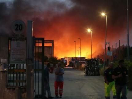 L'incendio all'impianto dei rifiuti del Cosmari a Piane di Chienti