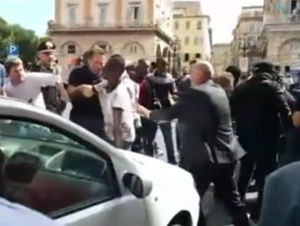 Un momento della protesta in via Cavour a Macerata