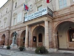 Nella foto: lo striscione appeso al balcone del Municipio di San Severino Marche