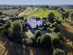 Il casale a Castelleone di Suasa, nelle colline della regione Marche