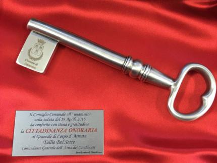 La chiave della città di Camerino per il generale Tullio Del Sette, simbolo della cittadinanza onoraria