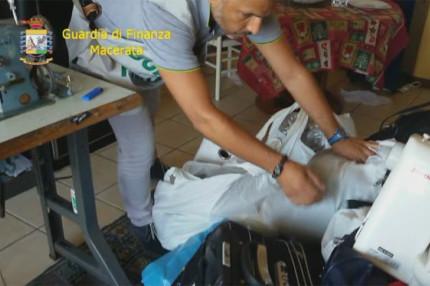 Sequestro di migliaia di capi di abbigliamento contraffatto in un appartamento a Porto Recanati