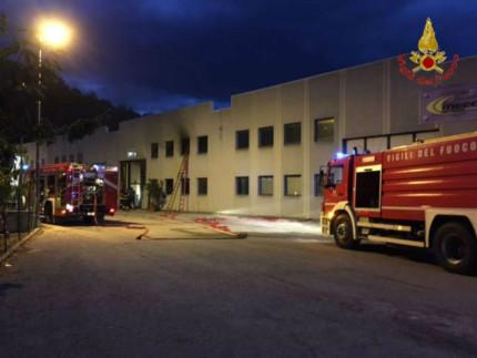 L'intervento dei Vigili del fuoco per spegnere l'incendio in una falegnameria a San Severino Marche