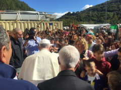 Papa Francesco in visita nelle zone terremoto: assieme ai fedeli ad Arquata del Tronto. Foto da https://twitter.com/GregBurkeRome