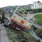 Incidente sulla SS77: un autocarro è uscito di strada perdendo gran parte del suo carico di bombole gpl