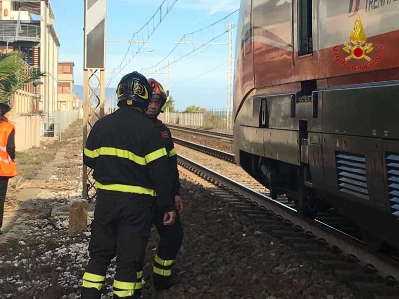 Vigili del fuoco sul luogo dell'incidente mortale nei pressi della stazione fs di Porto Potenza Picena
