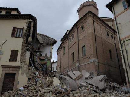 Il campanile di Camerino crollato su un'abitazione dopo il terremoto del 30 ottobre