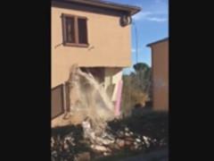 Crolla un'abitazione a San Severino Marche a un mese dal terremoto del 30 ottobre 2016