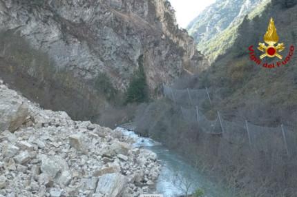 Visso, la strada provinciale 209 Valnerina allagata a causa della frana dovuta al terremoto del 30 ottobre 2016