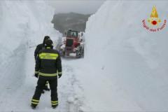 L'intervento dei Vigili del Fuoco nell'ascolano per raggiungere la frazione di Colle rimasta isolata dopo l'abbondante nevicata del gennaio 2017