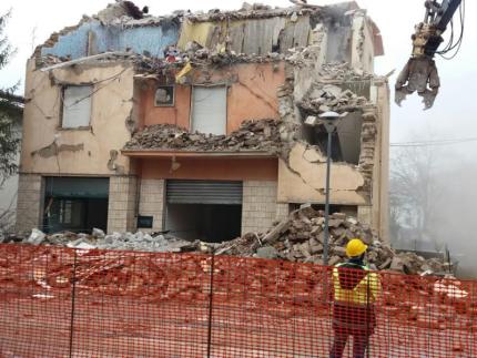 Demolizione palazzo a Castelraimondo