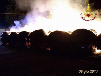 Il rogo delle rotoballe a Corridonia