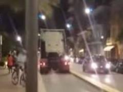 Camion contromano lungo la pista ciclabile di Civitanova Marche