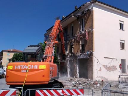 Demolizione edificio a Castelraimondo in Viale Europa