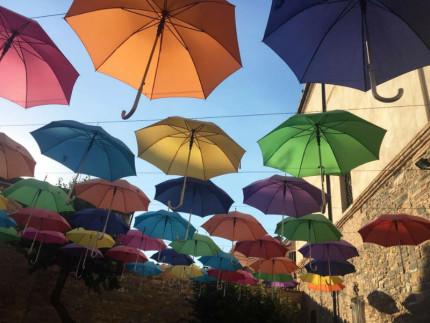 Istallazione ombrelli al Museo Piersanti di Matelica