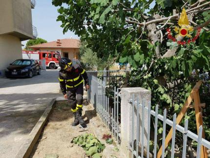 Cade dall'albero e rimane inflzato nella ringhiera del giardino a Montefano