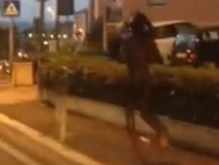 Un estratto del video del ragazzo che correva nudo in Via dei Velini