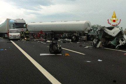 I due mezzi pesanti coinvolti nell'incidente sull'autostrada A14 tra Loreto e Civitanova Marche del 19 settembre