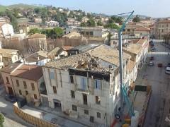 Demolizione edificio danneggiato dal sisma a Tolentino