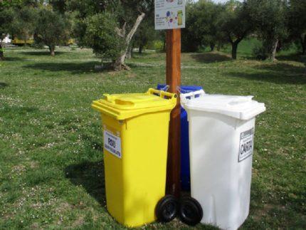 Bidoni per la raccolta differenziata posizionati nei parchi di Macerata