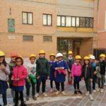 """Alunni di fronte all'ex-scuola """"Ugo Betti"""" di Camerino"""