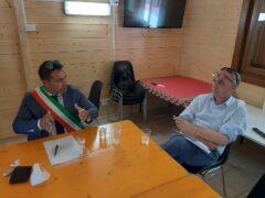 Il sindaco di Pieve Torina Alessandro Gentilucci assieme al commissario per la ricostruzione Giovanni Legnini